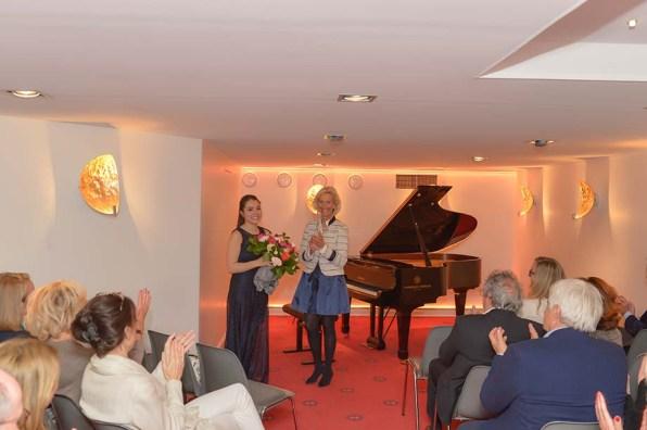 Schlussapplaus für Caterina Grewe Pianistin, Blumen von Kristina Tröger CeU-Präsidentin