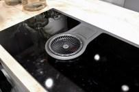 Questo piano a induzione ha la cappa integrata... riuscirà ad aspirare veramente gli odori e i fumi? Come si protegge il vano griglia-vortice da infiltrazioni di acqua/altro che possono ricadere sul piano?