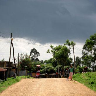 Unterwegs auf der oberen Dorfstrasse nach Bonga