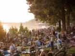 Im Sommer lungert die ganze Stadt am Rheinufer herum, man grillt und freut sich aufs Feuerwerk