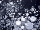 Es ist aber nur manchmal lange genug kalt - dann findet man auch solche Luftbläschen im Eis