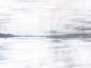 Auf dem Weg mit der RE5 von Bonn nach Köln flitzt die Winterlandschaft am Zugfenster vorbei