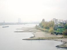 Das nördliche Rheinufer. Im Sommer wäre hier rechts das Römerbad geöffnet und alle munter am planschen und kreischen. Im Winter findet man nur noch ein paar hartgesottene Angler