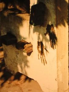 Absicht? Handabdrücke auf einer Bank in Khartum