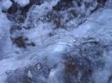 Quirliges Wasser und Eis im Gebirge