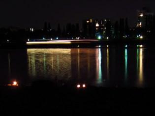 Nachts ein Schiff auf dem Rhein