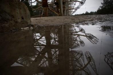 Die 150 Meter hohen Masten der Duga Radarstation in einer matschigen Pfütze