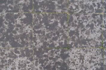 Erste Regentropfen auf Betonplatten