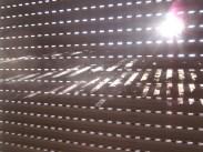 Die Sonne strahlt durch den Rollladen