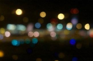 Lichter in der zerkratzten Fensterscheibe 2