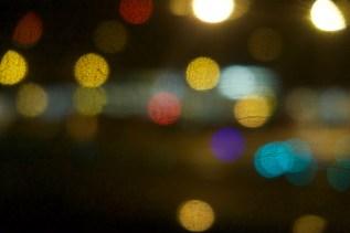 Lichter in der zerkratzten Fensterscheibe 3