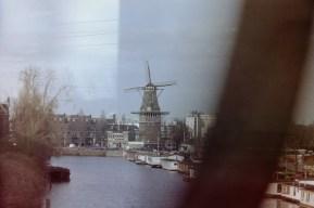 Amsterdam - Blick aus dem Zugfenster auf eine Holländische Windmühle