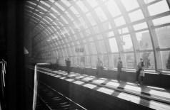 Ludwigshafen - Bahnhofsdurchfahrt. Menschen als fremde, flüchtige Erscheinung