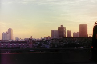 Bangkok - Fahrt im Abendlicht auf dem Highway vom Flughafen in die Stadt