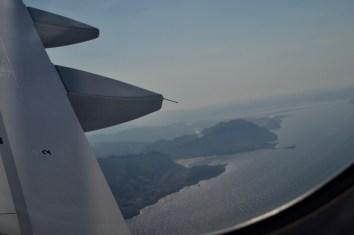 Blick aus dem Flugzeug auf die Küste im Landeanflug