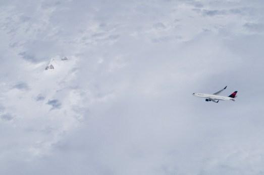 LH 430 - über Grönland erscheint plötzlich neben uns ein anders Flugzeug