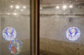 Spiegelung der bunten Kirchenfenster im Absperrglas