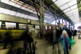 Lviv, Ukraine - eilige Menschen auf den InterCity nach Kiew