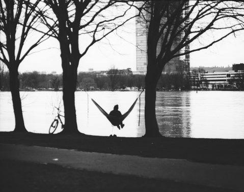 In der Hängematte am Rheinufer entspannt dem Hochwasser zuschauen