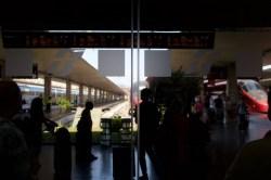 Florenz - Warten auf den Schnellzug am Bahnhof Firenze Santa Maria Novella