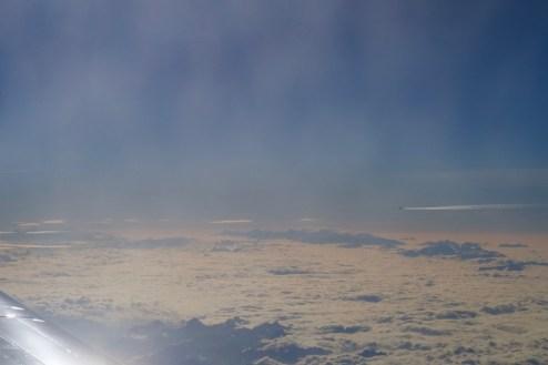 Flugzeug in Gegenrichtung über den Alpen