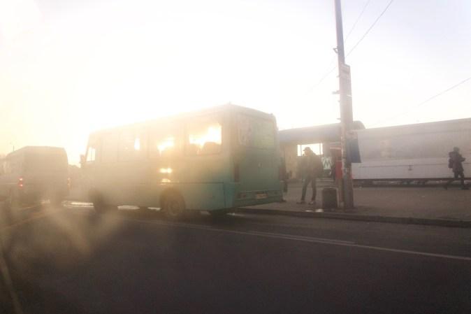 Kiew - An der Metrostation Kharkivska. Fahrt mit einem privaten Taxi Richtung Flughafen Borispol
