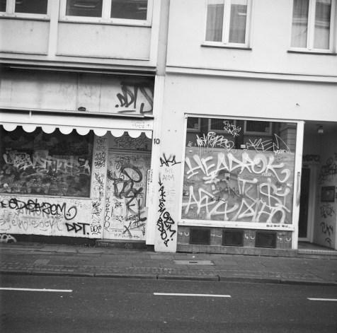 Viele Details an dieser Hauswand im Viktoriakarree in Bonn