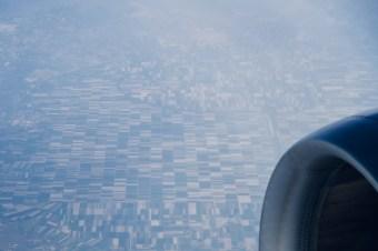 Landwirtschaft von oben, aus dem Flugzeugfenster betrachtet