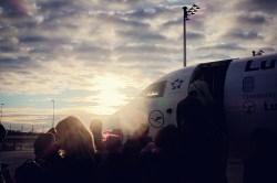 MUC - Gegenlicht beim Boarding eines kleinen Flugzeugs in München