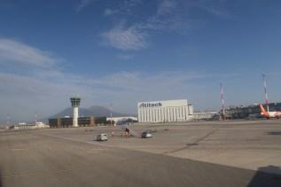 NAP - Der Vesuv im Hintergrung am Flughafen von Neapel