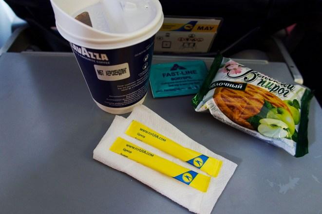 PS 411 Frisch gebrühter Kaffee mit Apfeltörtchen, Imbiss für 5 Dollar bei Ukraine International Airlines (UIA)