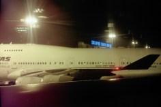 SIN - Singapore Changi Airport nachts aus dem Flugzeugfenster
