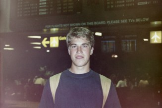 SYD - Ein letztes Foto vor dem Abflug mit dem Departures Board im Hintergrund am Flughafen von Sydney