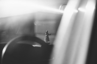 Kleine tanzende Puppe auf dem Armaturenbrett.