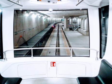 Unter den Flugzeugen - im Transit wischen den Terminals am Münchner Flughafen