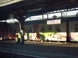 Ein ruhiger Bahnsteig in Gent, Belgien
