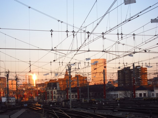 Brüssel - Oberleitungssalat im Abendlicht