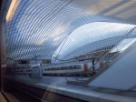 Liege, Belgien - große Bahnhofshalle aus dem Zugfenster