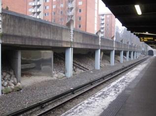 Warten auf die U-Bahn in Stockholm