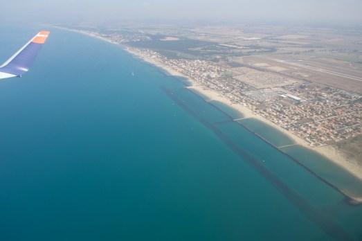 Nach dem Start in Fiumicino fliegt man erstmal über den Strand