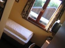 Ein kleines Hotelzimmer mit Blick auf die Garage