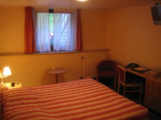 Diekirch, Luxemburg - Hotelzimmer mit niedriger Decke