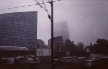 ICE 1537 - Unterwegs von Frankfurt nach Berlin, die Europäische Zentralbank an einem trüben Novembermorgen beim Blick aus dem Zugfenster
