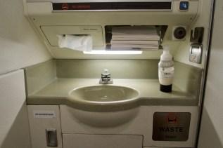 AA 3962 - die Toilette in einem kleinen Embraer RJ140 Flugzeug