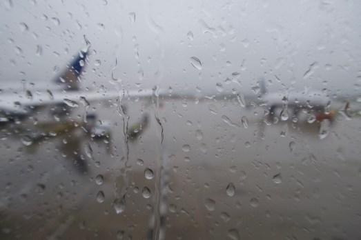 ORD - Regen am Flugzeugfenster nach der Ankunft in Chicago