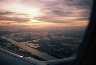 KL 1854 - Morgenlicht beim Landeanflug über Amsterdam. (Diafilm: Mit Rollei 35 auf Fuji Provia 100)