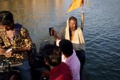 Hampi, Indien. Fährmann über den Fluss