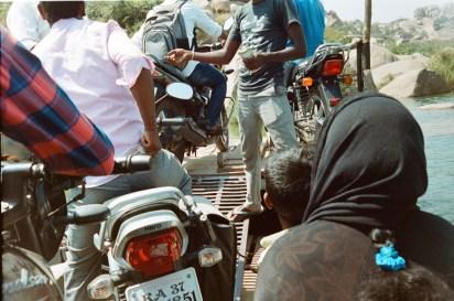 Talwar Gatta/ Indien. Unterwegs mit einer kleinen Fähre über den Fluss.