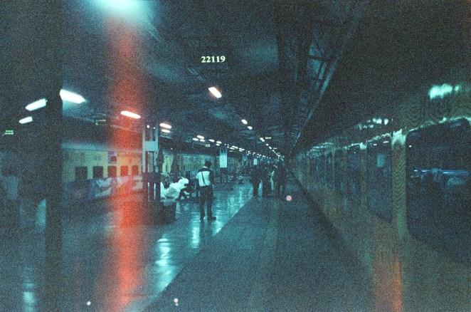 Mumbai CST - Morgens beim Einsteigen in den schicken, schnellen Tejas Express nach Goa