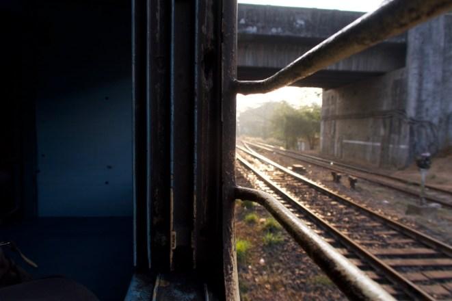 Howrah Express - Abfahrt am frühen Morgen, Blick nach vorne aus dem Zugfenster in on Madgaon, Indien